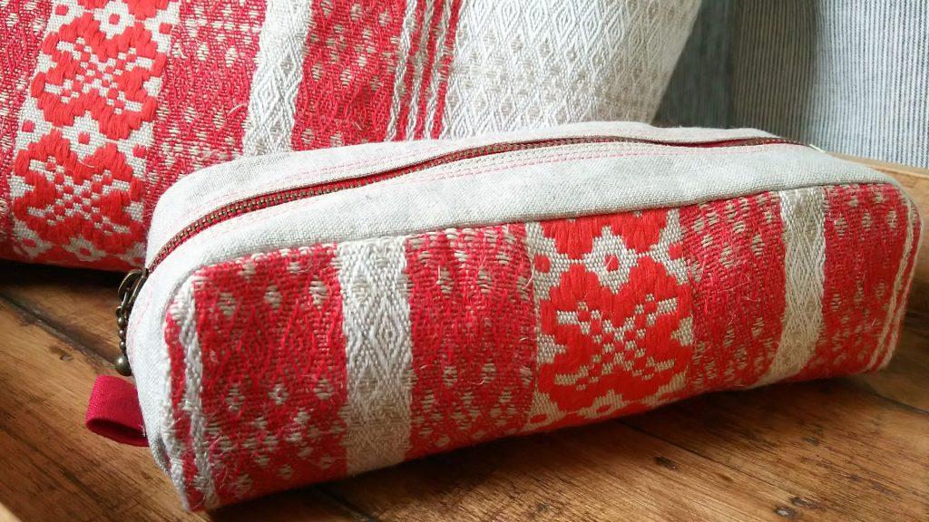 残った布も余すことなく使いペンケースに。バッグとお揃いだとさらにかわいいと思います。東欧の雰囲気があり大好きな柄です。